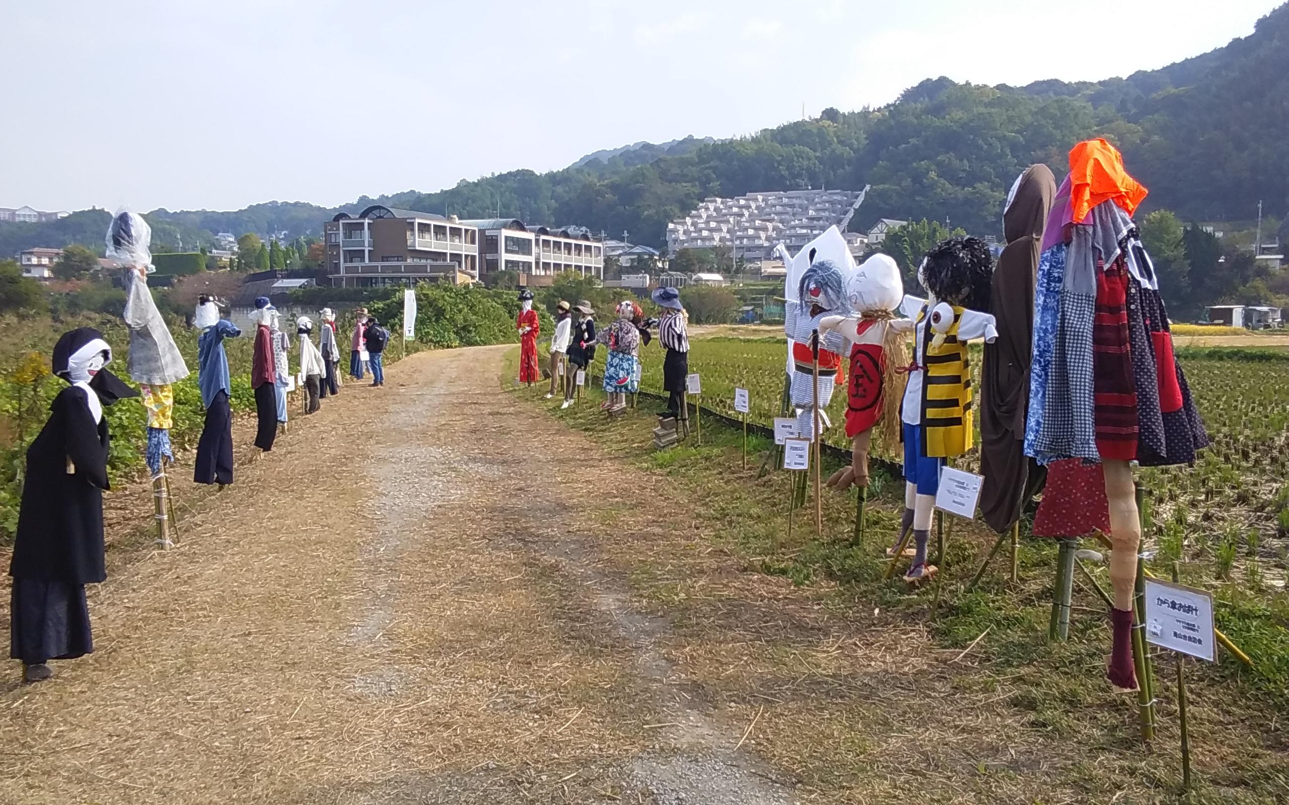 87体の様々な案山子が出展された、富田林市嬉の案山子フェス