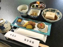 新緑眩しい宇陀の里 大願寺の薬草料理に100名が堪能!