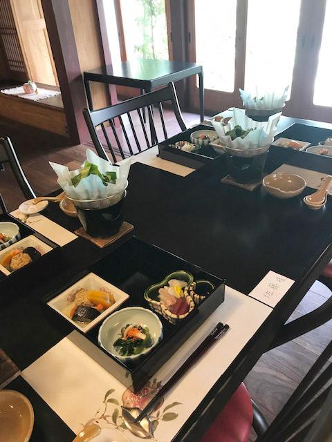 奈良旅情に包まれたランチと自然木作品作りに時を忘れた 奈良・安堵町「うぶすなの郷」の食事会に45名の読者が参加
