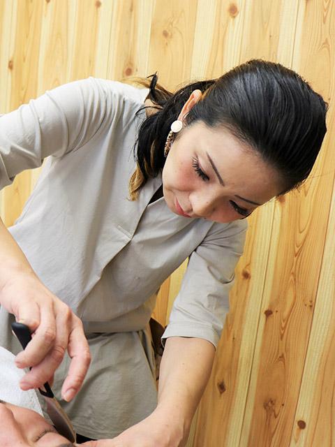 「丁寧な仕事をこころがけています」とカミソリを持つ陽子さん