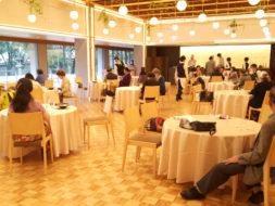 同窓会さながらの笑顔が集結した神戸・相楽園の食事会の読者50名が参加
