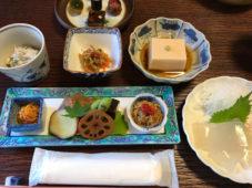 紅葉と滋味豊な薬草料理が心を捉えた大願寺の食事会に95人の読者が参加